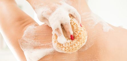 Le secret pour (enfin) te débarrasser de ton acné dans le dos