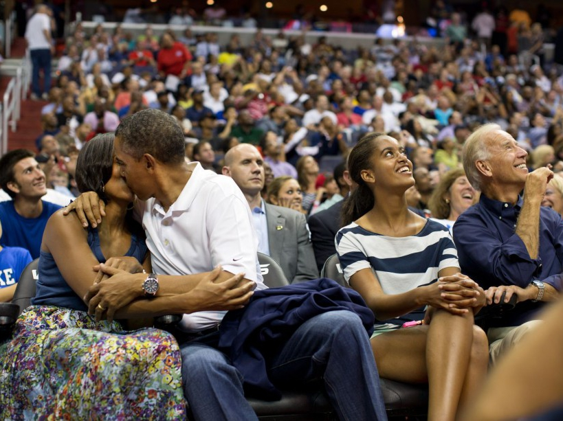Un baiser avec Michelle lors d'un match de basket (16/07/12)