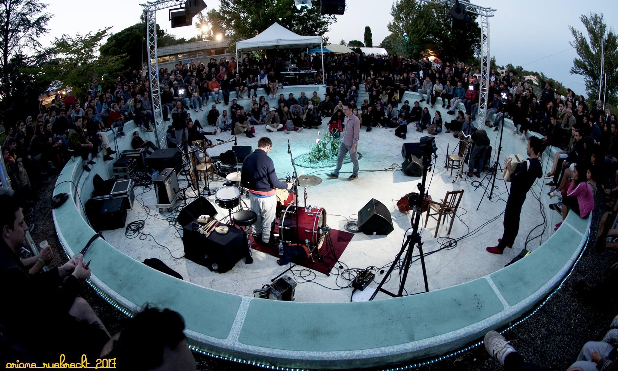 Un festival dans une piscine municipale en friche - Piscine municipale exterieure strasbourg ...