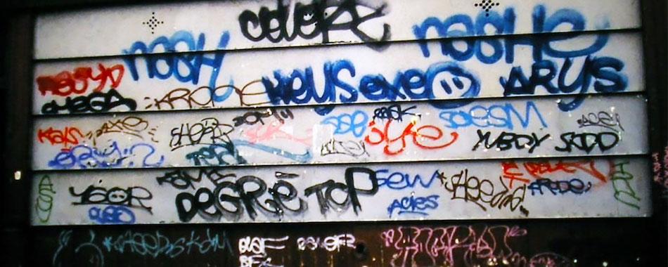 Paris recouvert de tags avant l'opération Murs Propres dans les 90's