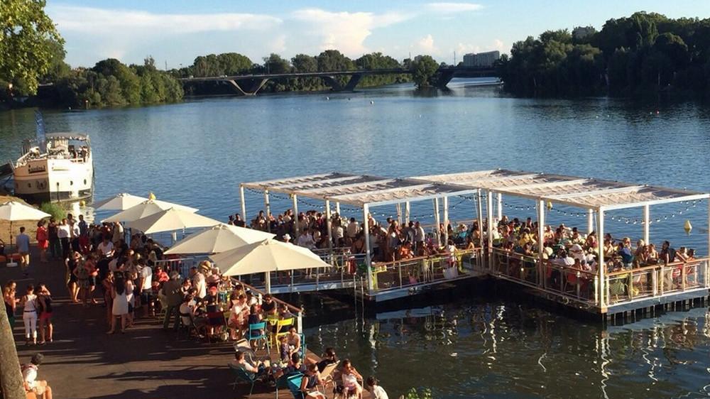 La guinguette du quai de Tounis et sa terrasse flottante à retrouver tout l'été à Toulouse