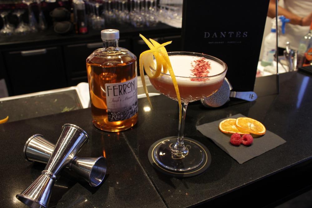 Le Dantès - Rhum Ferroni, liqueur de grenade, jus d'orange, coulis de passion, miel d'agave, framboises fraîches.