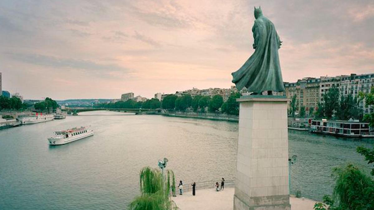 Une statue géante de Batman aperçue à Paris