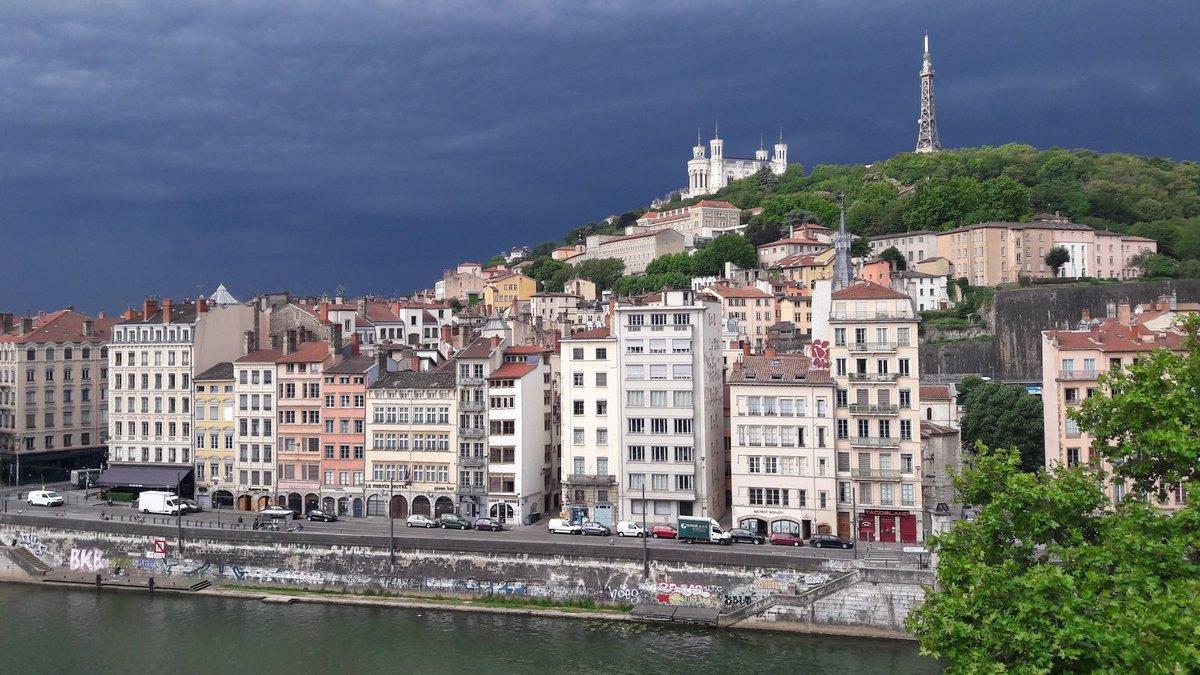 Les images impressionnantes de l'énorme orage qui a inondé Lyon hier