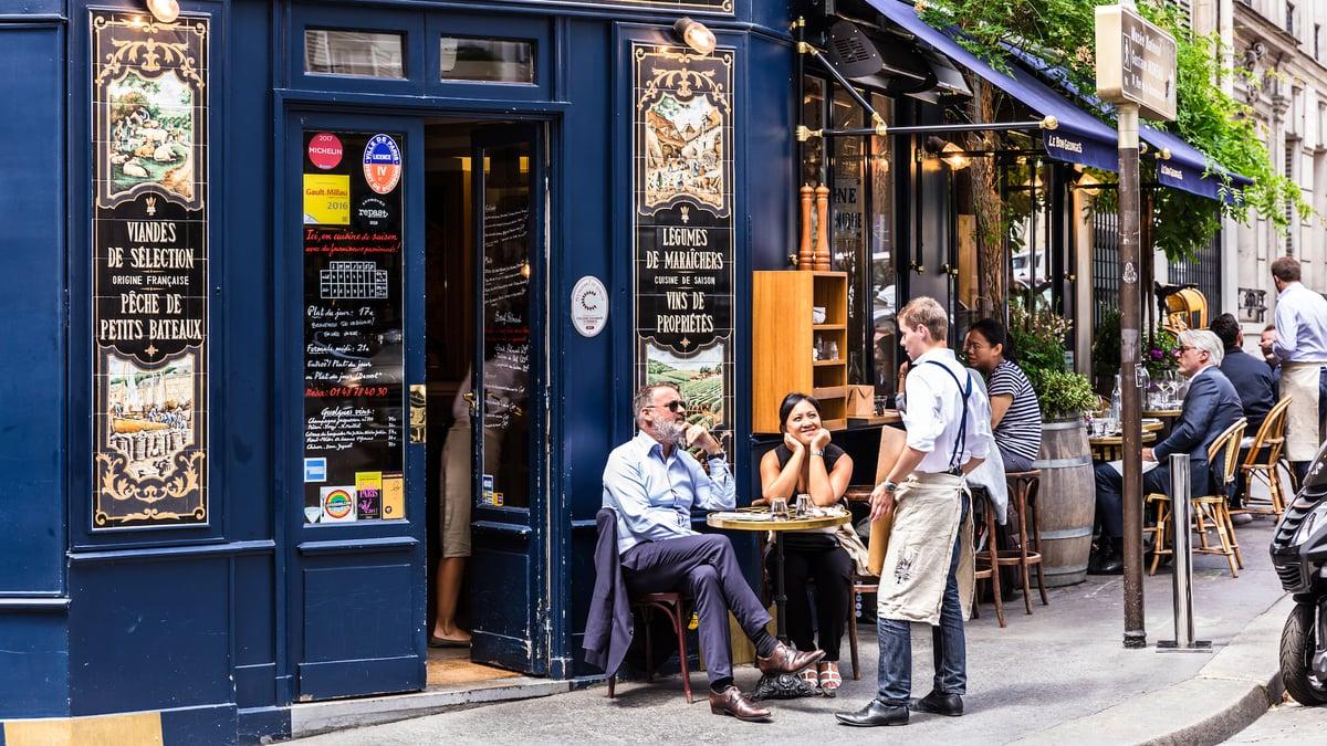 Emmanuel Macron prépare un pass sanitaire pour rouvrir les restaurants et lieux culturels