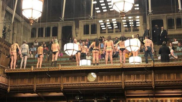 Quasi nus, des militants écolo perturbent les débats — Brexit